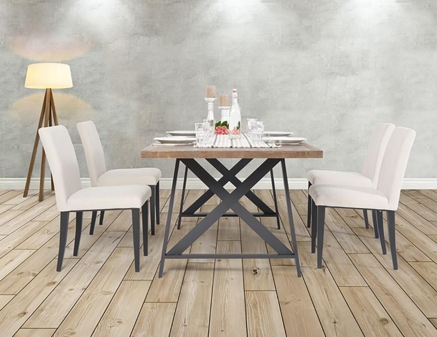 der rustikale holztisch mit den dazu passenden st hlen hat ein ganz besonderen charme. Black Bedroom Furniture Sets. Home Design Ideas